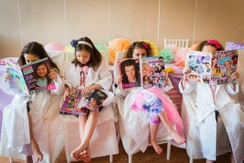 girls-reading-magazines